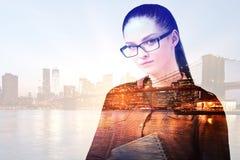 抽象城市背景的女性 免版税库存图片
