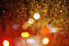 抽象夜城市光和bokeh通过汽车挡风玻璃盖子 库存图片