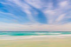 抽象天空和海洋自然背景与被弄脏的批评的mo 免版税库存照片