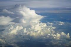 抽象密集的软的蓬松白色云彩看法与蓝天和地球背景树荫的从飞行上的飞行窗口 库存图片