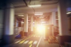 抽象工业存贮大厅或仓库在工厂、植物或者后勤公司,行动迷离作用中与太阳光 库存照片