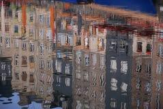 抽象建筑反射在镇静水中 库存图片