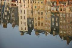 抽象建筑反射在镇静水中 免版税库存图片