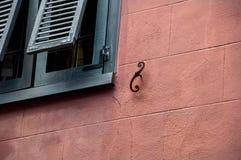 抽象建筑墙壁和窗口快门 免版税库存照片