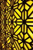 抽象彩色玻璃窗在温泉中心 蝴蝶下落花卉花重点模式黄色 免版税图库摄影