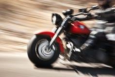 抽象慢动作,骑自行车的人骑马摩托车 免版税库存图片