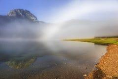 抽象早晨自然夏天墙纸 在湖的白色有雾的彩虹 库存图片