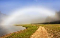 抽象早晨自然夏天墙纸 在湖的白色有雾的彩虹 库存照片