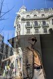 抽象时装模特大厦反射了在与t的商店窗口 库存照片