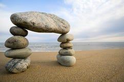 抽象曲拱海滩海运石头 免版税库存图片
