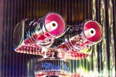 抽象机器人头镀铬物发光的金属和眼睛与桃红色颜色 库存照片