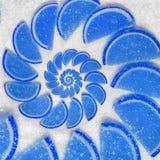 抽象果冻楔住在白糖背景的蓝色鞍尾腹片 蓝色结冻在白糖backgro的抽象果冻 免版税库存图片
