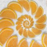 抽象果子切在白糖背景的果冻楔子橙色鞍尾腹片 橙色甜果子段 水多的果子 库存照片