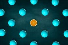 抽象果子:在半桔子附近的卓著的橙色中部在黑板背景 顶视图 库存图片