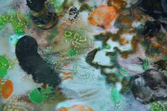 抽象橙色黑混合油漆颜色和颜色 抽象独特的湿油漆背景 绘画斑点 库存图片
