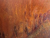 抽象毛毛雨似的挖坑的铜纹理和生锈的金属背景 免版税库存照片