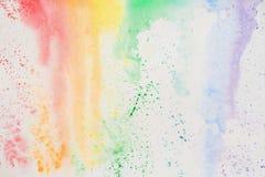抽象水彩在生动的明亮的颜色五颜六色的树荫下弄脏,呈虹彩纹理在白皮书,彩虹的 库存照片