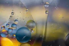 抽象油和水五颜六色的泡影和漩涡背景 免版税图库摄影