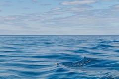 抽象波纹在北冰的圈子的海洋,冰岛 免版税库存照片