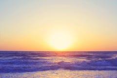 抽象海洋海景挥动晚上日落日出葡萄酒过滤器 免版税库存图片