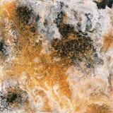 抽象液体金背景 与抽象金黄和黑波浪的样式 大理石 手工制造表面 液体油漆 免版税库存照片