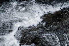 抽象深蓝瀑布波浪水背景纹理 库存照片