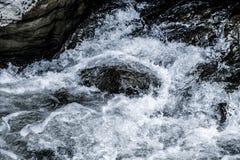 抽象深蓝瀑布波浪水背景纹理 免版税图库摄影