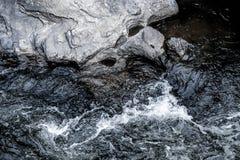 抽象深蓝瀑布波浪水背景纹理 免版税库存照片