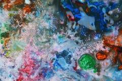 抽象混杂的油漆蓝色红颜色和颜色 抽象独特的湿油漆背景 绘画斑点 库存图片