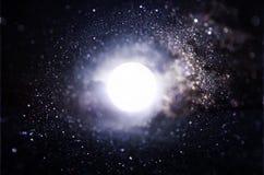 抽象火光透镜 空间或时间在暗色和明亮的光的旅行背景的概念图象 库存照片