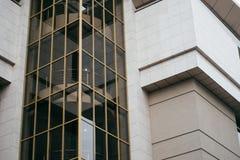 抽象现代大厦建筑学背景修造的玻璃 库存图片