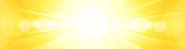 抽象生动的明亮的橙黄太阳破裂了全景backgroun 免版税库存照片