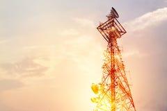 抽象电信塔天线和卫星盘在s 免版税库存图片
