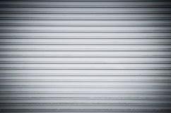 抽象白色与水平线的卷金属快门门 背景 免版税库存图片