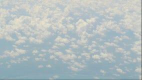 抽象的飞机画面云彩自然运动从平面窗口被拍摄 股票视频