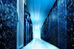 抽象真正数字式小河流动的二进制编码和霓虹发光在现代数据中心服务器上在数据中心挥动 免版税库存图片
