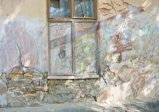 抽象砖和混凝土,风化以镇压和抓痕 免版税库存照片
