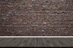 抽象砖墙和木头地板在艺术品的屋子里 免版税库存照片
