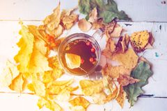 抽象秋天概念-黄色和红色秋叶和杯子无奶咖啡 库存图片