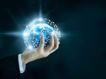 抽象科学,在手中盘旋全球网络连接在星 库存图片