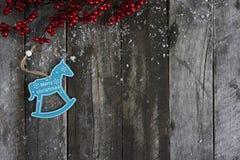 抽象空白背景圣诞节黑暗的装饰设计模式红色的星形 下雪在木板的装饰 Desig 库存图片