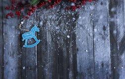 抽象空白背景圣诞节黑暗的装饰设计模式红色的星形 下雪在木板的装饰 Desig 库存照片