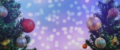 抽象空白背景圣诞节黑暗的装饰设计模式红色的星形 与五颜六色的Bokeh的全景圣诞树点燃背景 库存照片