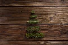 抽象空白背景圣诞节黑暗的装饰设计模式红色的星形 与分支的一棵小树 免版税库存照片