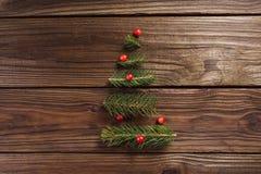 抽象空白背景圣诞节黑暗的装饰设计模式红色的星形 与分支的一棵小树 库存照片