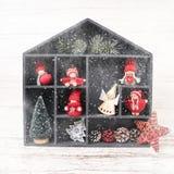 抽象空白背景圣诞节黑暗的装饰设计模式红色的星形 与圣诞节装饰的配件箱 免版税库存照片