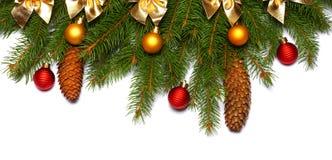 抽象空白背景圣诞节黑暗的装饰设计模式红色的星形 与拷贝空间的顶视图 与在白色背景隔绝的锥体的杉树 库存照片