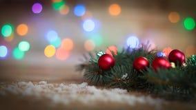 抽象空白背景圣诞节黑暗的装饰设计模式红色的星形 与球的圣诞树分支在木 免版税库存照片