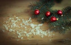 抽象空白背景圣诞节黑暗的装饰设计模式红色的星形 与球的圣诞树分支在木 免版税图库摄影