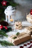 抽象空白背景圣诞节黑暗的装饰设计模式红色的星形 中看不中用的物品蓝色圣诞节构成玻璃 圣诞节礼物,别针 库存照片